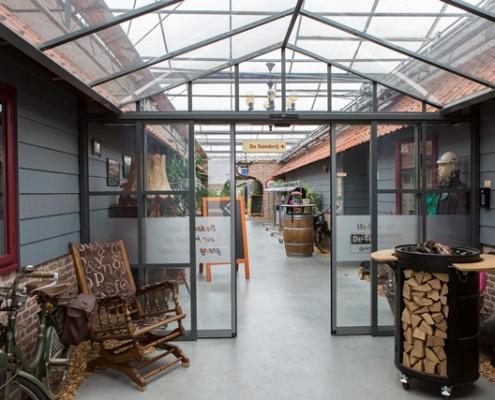 Glazen corridor - industrie look - de Tuinderij