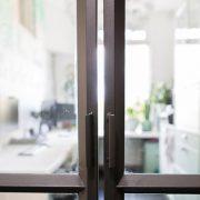 Buitelaar Metaal - Glazen tussenwand met scharnierende deuren - Stalen kozijn - 20.nu