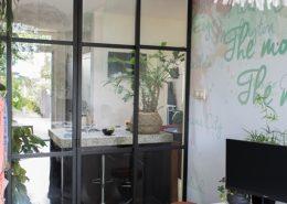Glazen tussenwand met scharnierende deuren - Stalen kozijn - 20.nu