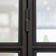 Stalen tussenwand met scharnierende deuren - Industriele look