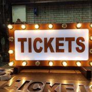 Buitelaar Metaal - Ticket office sign met lampenbollen - Marquee - Monkey Town Rotterdam