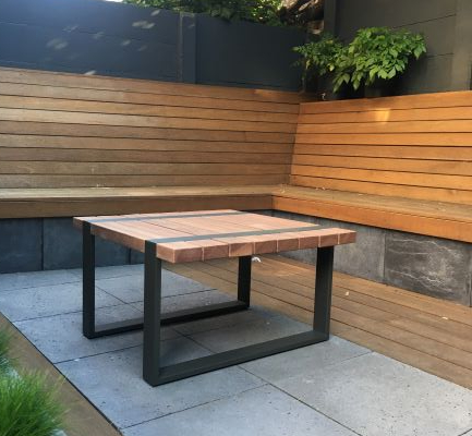 Buitentafel uit hout en metaal