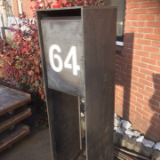 Buitelaar Metaal - Brievenbus staal staand met huisnummer