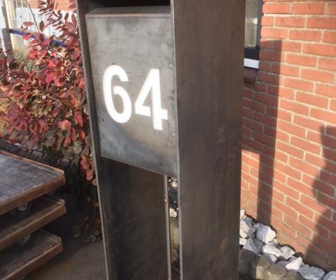 Brievenbus staal staand met huisnummer